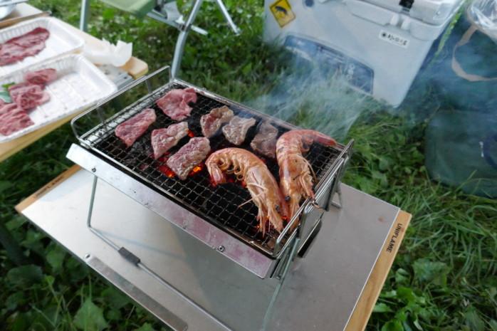 驚異の耐久性!ステンレス製BBQグリル『ユニフレーム ユニセラTG』セラミックの遠赤外線効果で食材がおいしく焼けます