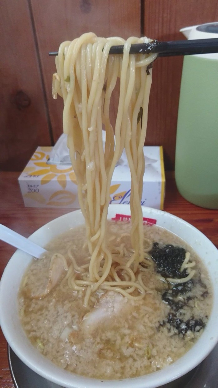 『らーめん 滋魂』 新潟市東区の燕三条系ラーメン店 背油散りばめられた煮干しベースのスープともっちもち麺がクセになる!