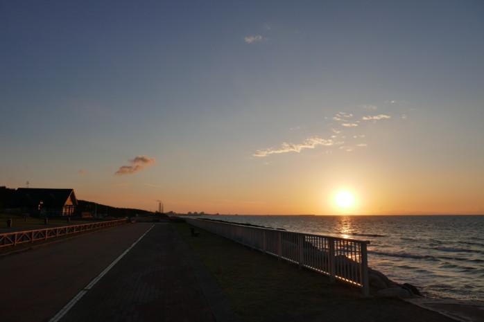 新発田市(しばたし)『紫雲寺(しうんじ)記念公園キャンプ場』夕日沈む日本海 海岸線にずらり並ぶ圧巻サイトで最上級のキャンプを