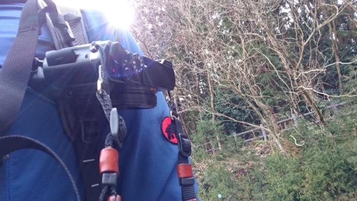 ザックのベルトに取り付けるクイックリリース的なカメラホルスターは便利?ノーブランドの激安品を買って試してみた。