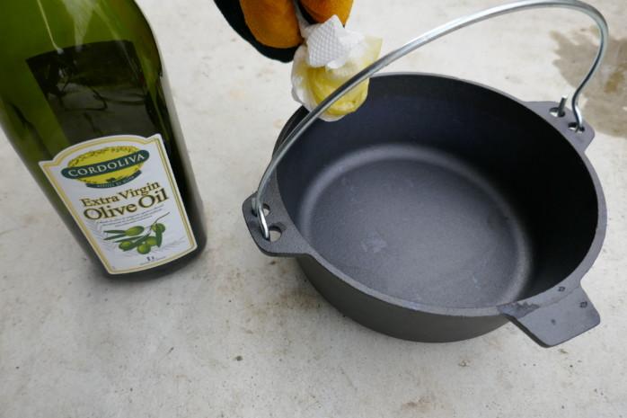 ニトリのダッチオーブンをシーズニングする。オリーブオイルを塗って自宅のオーブンレンジで仕上げてみた