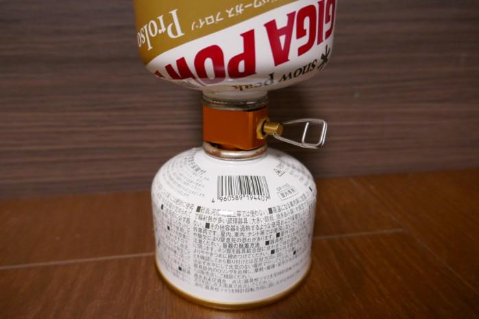 アウトドア用ガス缶を詰め替えできるアダプターを買ってみた。半端に残ったガス缶を1本にまとめられて便利!