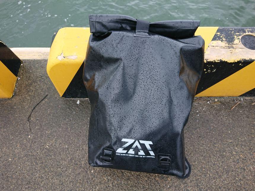 ワークマンの完全防水リュックZATザット 釣りで役に立つ!ずぶ濡れの雨や飛沫で荷物を濡らさない、コスパ抜群のバッグです