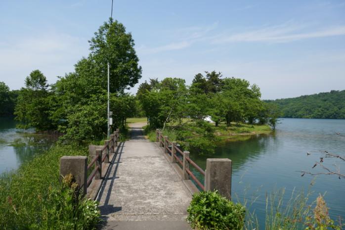 上越市『大池いこいの森キャンプ場』 池に囲まれた芝サイトでゆったり過ごす ロケーション最高の無料キャンプ場