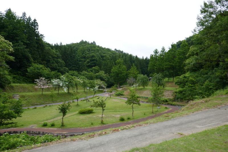 三条市『中浦ヒメサユリ森林公園』  静かな山間キャンプ場きれいに整備されたサイト 山小屋のようなレストランもあります